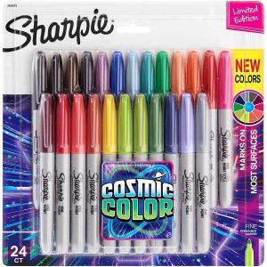 Sharpie Cosmic Color permanente stiften bestaan uit 24 oogverblindende heldere kleuren. Toepasbaar op papier, plastic, metaal en meeste andere oppervlakken. Sneldrogende inkt bestand tegen vervaging en water.